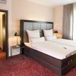 Unsere Suiten bestehen aus zwei sehr großzügig ausgestatteten Räumen mit übergroßen King-Size-Betten. Durch ihre Größe und Ausstattung können die Suiten auch als Familienzimmer genutzt werden.